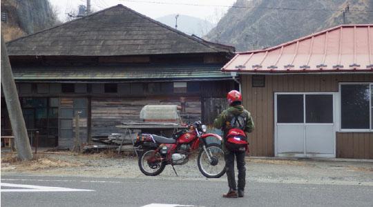 荒廃した町並みになぜかよく似合う昭和のマシン。結局のところ人が最後の最後に行き着く所ってどこなんだろうね
