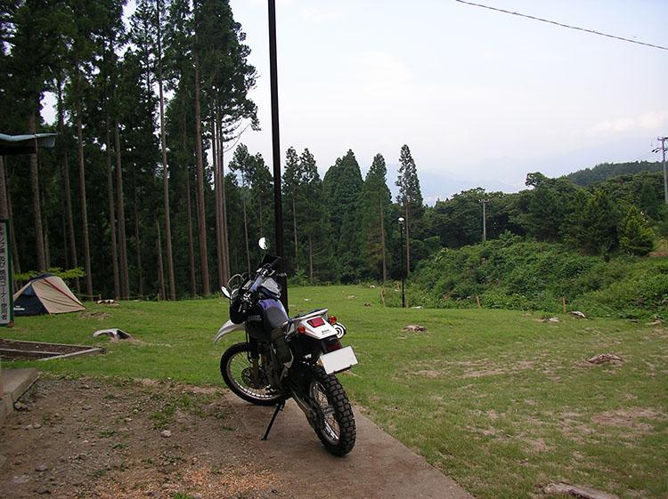 初めてキャンプしたのは購入してから2ヶ月後の長野県の別所温泉森林公園キャンプ場。この時はまだGIVIのトップケースは装着していなかった