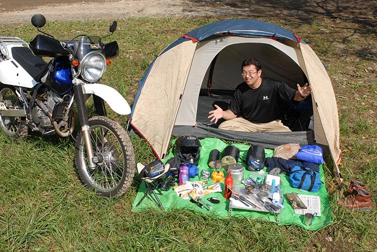 ミスター・バイクの記事企画でキャンプ装備を撮影した時のもの。まだまだ車体は綺麗な状態。この時からキャンプ装備はだいぶ変わっている