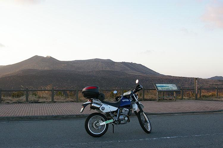2009年2月に伊豆大島に上陸。撮影時刻は午前6時30分。早朝に到着するフェリーを降りてすぐに向かったのが三原山だった