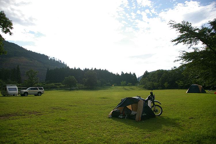 2010年7月に青森県でキャンプした時の様子。12時間かけて700キロ以上走ったのは、後にも先にもこの時だけだ