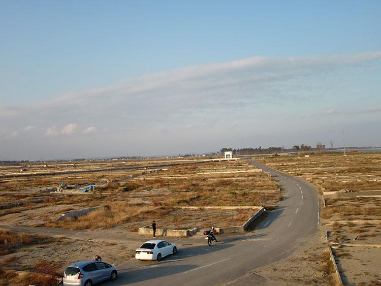 四国一周した1ヵ月後に訪れた宮城県閖上地区にある丘の上から海岸方面を見たところ。家の土台だけが残っているだけで、あとは何も残っていない。その光景に絶句した
