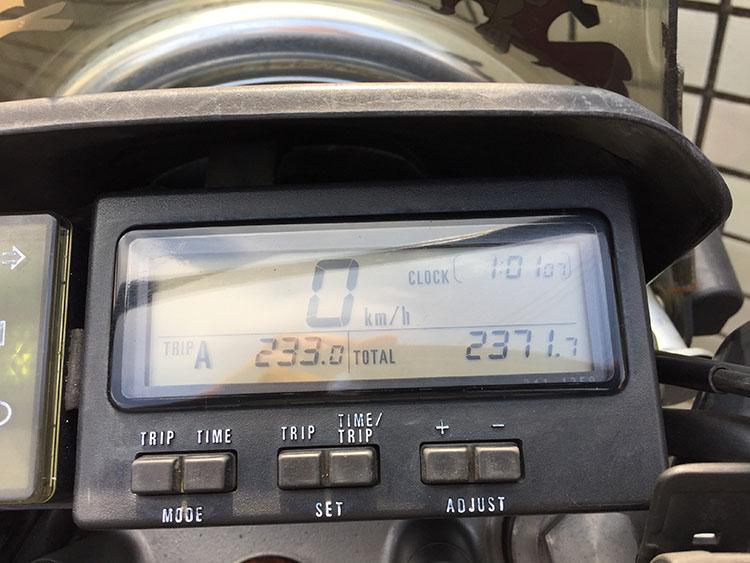 オドメーターは約10万2400キロに達していた、実は途中でメーターケーブルを交換しているので、実際には10万8000キロほど走っている。約8年間、10万キロも共に走ってくれてありがとう
