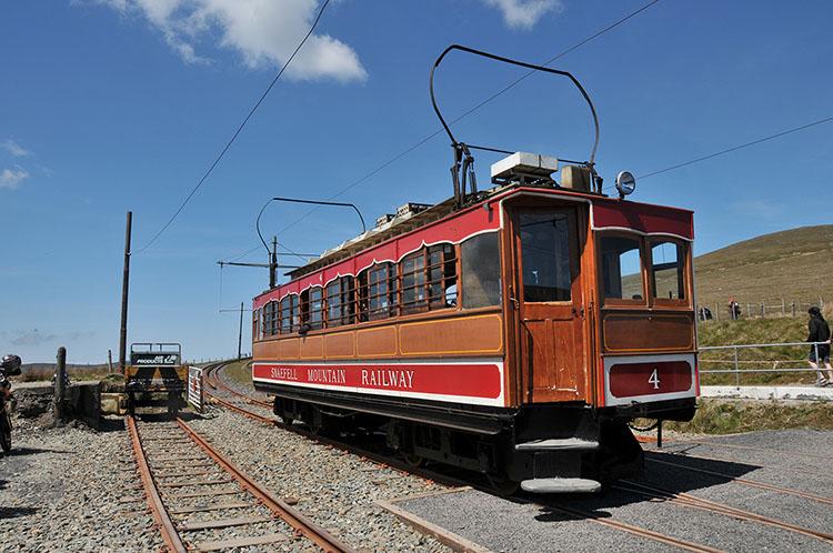 こんなレトロな列車でマウンテンコースの頂上に行けます