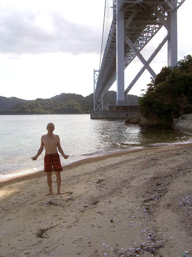 後輩と一緒に尾道の海で久しぶりに海水浴。後ろの橋は、しまなみ街道の因島大橋