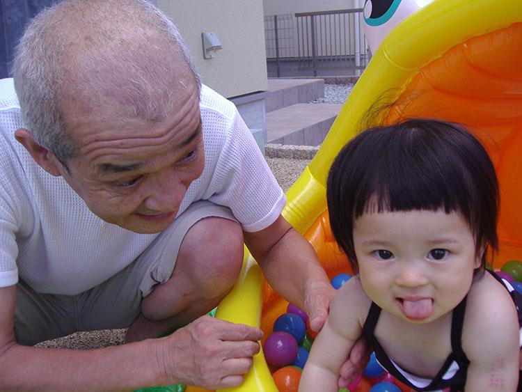孫はプール・デビューだった。ジジイはもうメロメロ。珍しく泣かれなかった。シャッターを押す娘にアッカンベー