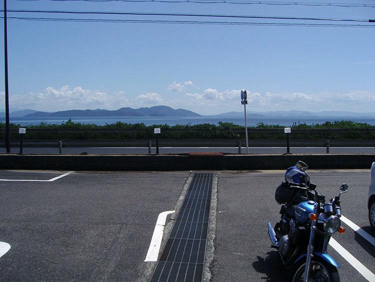 琵琶湖畔、R161沿いにあるお蕎麦屋さんの駐車場にて。快晴の下、琵琶湖がきれいに見渡せた