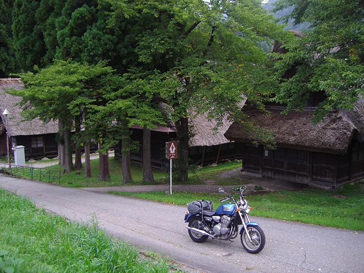 泊まった五箇山・西赤尾地区の民宿の近くにある、白川郷・五箇山で最大の5階建て合掌造りの岩瀬家。国指定重要文化財だけあって、とっても立派