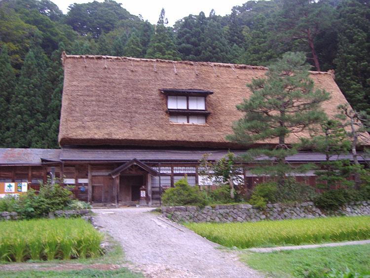 菅沼の合掌集落手前にあった、体験宿泊などができるという合掌家屋が立ち並ぶ施設。散在していた合掌家屋を移築したもので、10棟くらいあったかな…