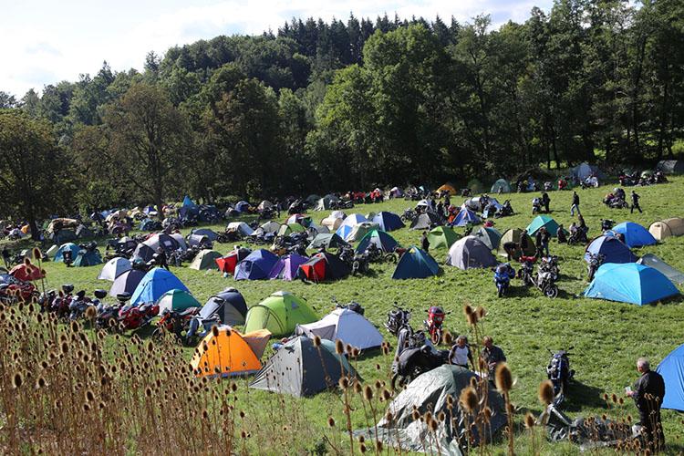 キャンプサイトも大賑わい