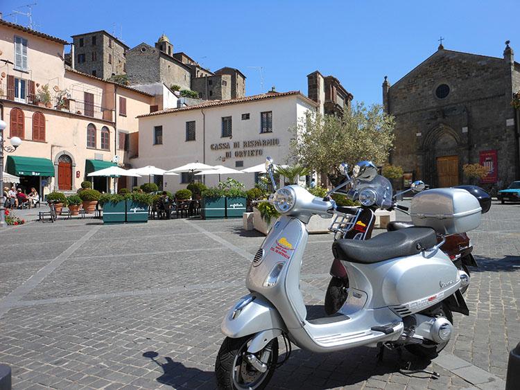 2イタリアの小さな町にはベスパが似合う