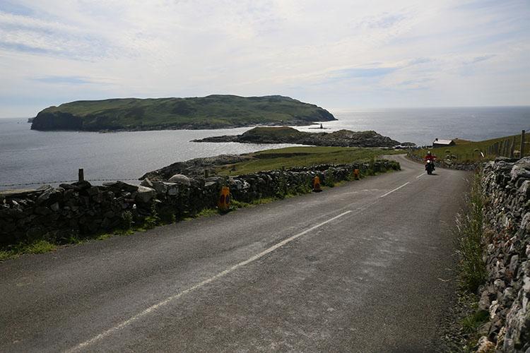 マン島の最南端カフ・オブ・マン(小島)を望むサウンドへの道はヘッジに挟まれたマン島の原風景の中を貫く
