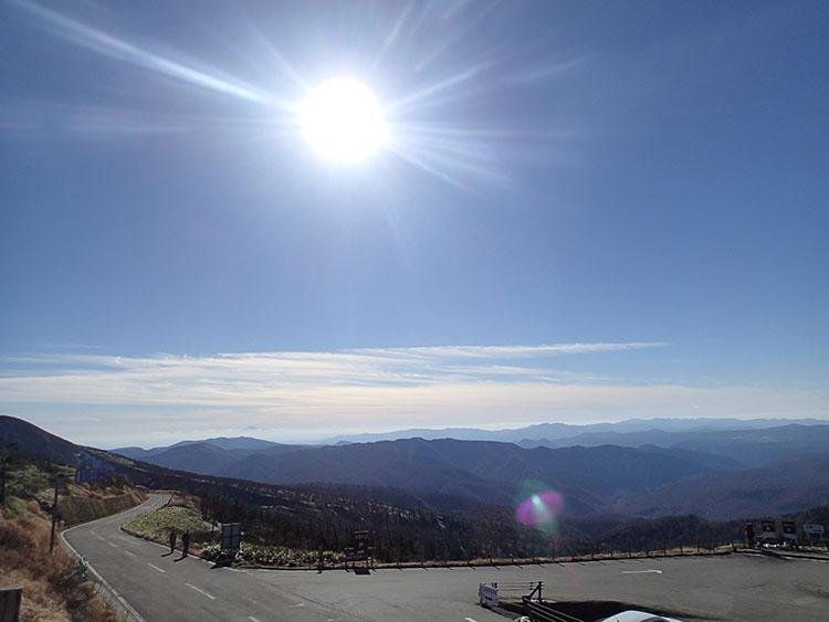 今度は藤七温泉のある雫石方面を望む。太陽が降り注ぐ! 実は、こんなにいい天気はこの日だけで、翌日からは雪が降ったらしい…