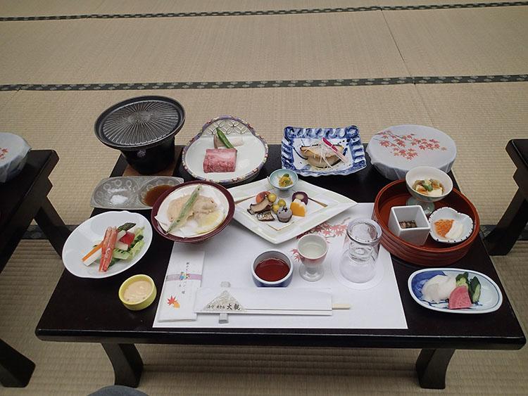 宴会で供された食事。これにプラスして汁物(名前は忘れてしまったが、これが旨かった!)とお寿司が食べ放題! 腹がパンパンになるまで食べてしまった…