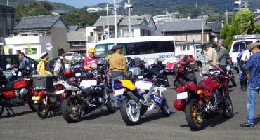 本祭当日は前日以上にバイク、車共に集まってきた。その内容は名車、珍車のオンパレード