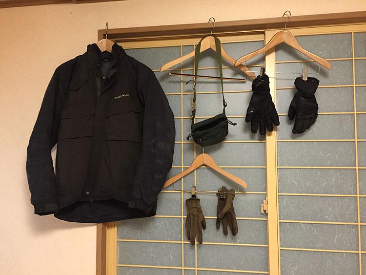 ズブ濡れになったグローブやジャケットを部屋で乾かす。グローブは水が滴り落ちるほど濡れていた。キャンプだったら絶対に乾かないだろう