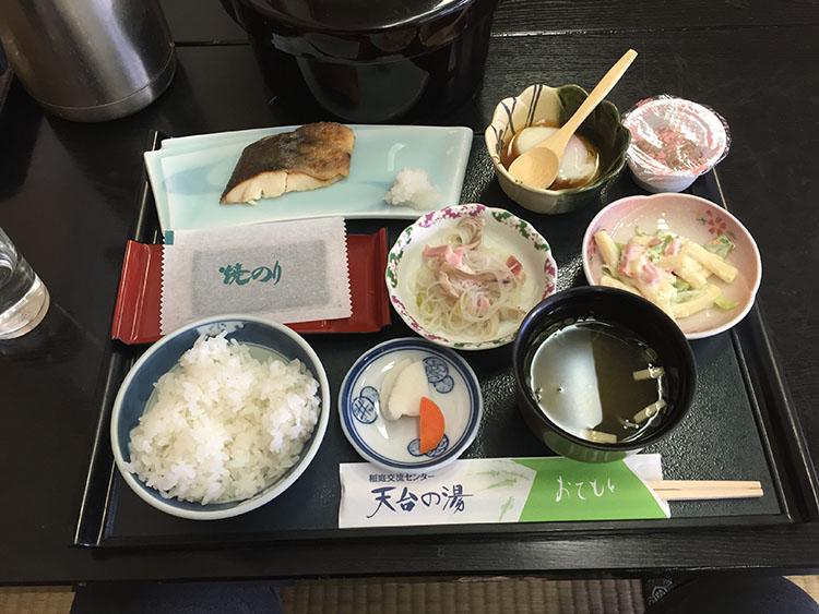 日本の宿らしい和食中心の朝食。ご飯はおひつに入ってきたのだが、もったいないので全部食べてしまった