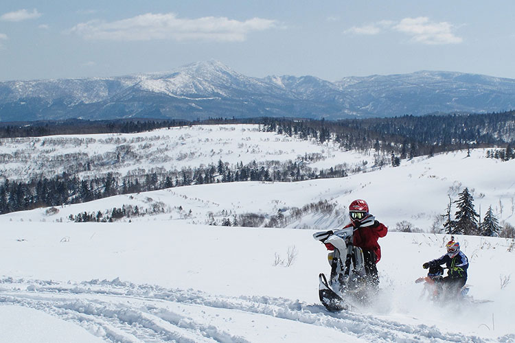 『ビッグベアー』は北海道ルスツにある雄大なオフロードオープンエリア。冬はスノーバイクにスノーモービルのツアーフィールドとして、春から秋はモトクロスやエンデューロで人気のコース