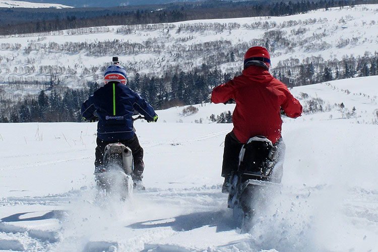 前、横、後ろ、どこから見ても2人のライディングシーンはモトクロスそのものだ。登りも下りも、キャンバーも狭い林間も得意なスノーバイクの機動性は、ファンライドの楽しみはもちろんのこと、冬の山岳救助などにも活躍期待大のポテンシャルだ