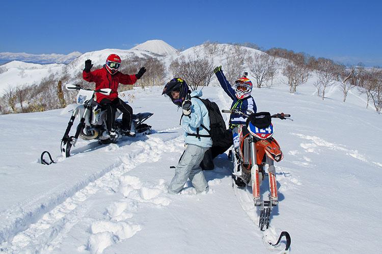 視界360度のBIG BEAR山頂に到達、ここはまさに別世界、雪面の模様はキャタピラーの軌跡と動物たちの足跡だけ。そんなスノーバイクの魅力を手軽に味わえる体験ツアーも開催中、詳しくはBIG BEARのwebサイトからお問い合わせください