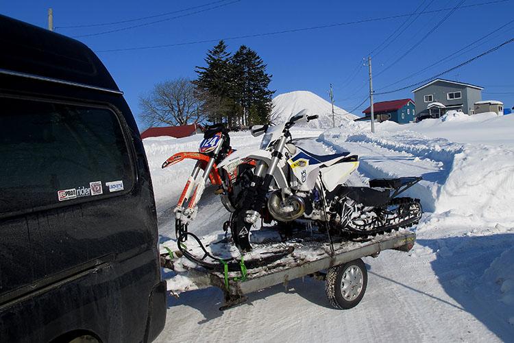 トレーラーにスノーバイクを積み込み、正面の羊蹄山に見送られ、いざBIG BEARアタックへ