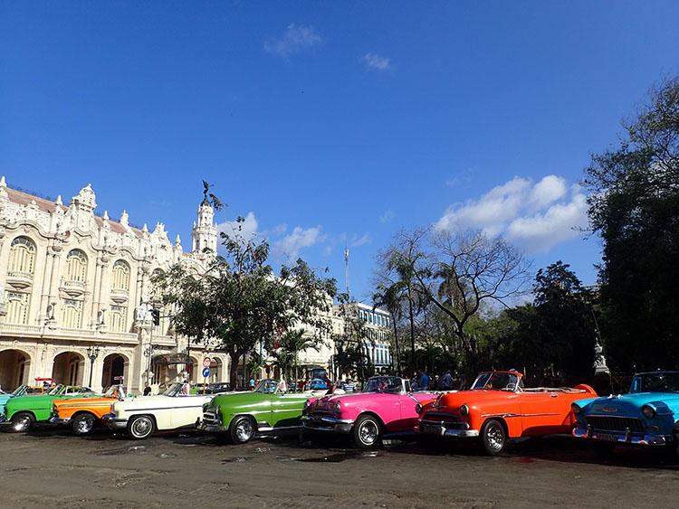 2色とりどりの観光タクシーが並ぶ