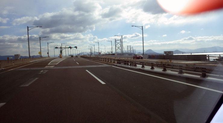 四国の高速はいつも交通量は少なく快適に走る事ができる。天気も上々。快適ではあるが面白味のない車の運転は眠気を誘う
