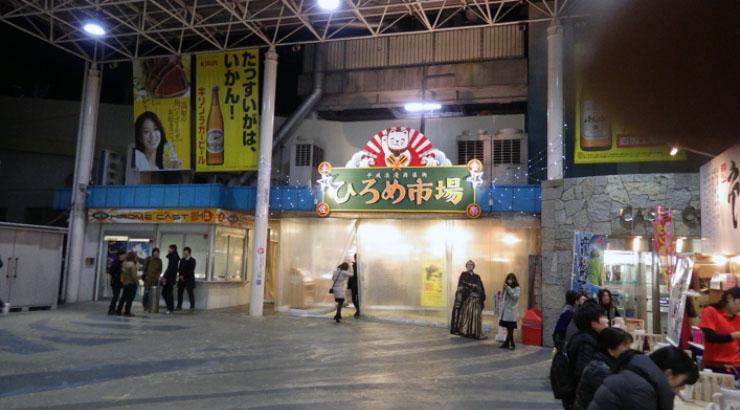 いつ来ても独特の空気を醸し出しているひろめ市場。中に入ると屋台風な店が立ち並びオープンな空間が広がっている