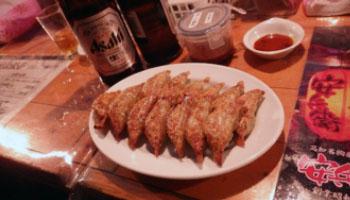他ではなかなかお目にかかれないカツオの塩タタキは肉厚があって食感、味ともに絶品。少々、お高いですが。最後は地元では超有名な屋台の餃子でもうひと呑み