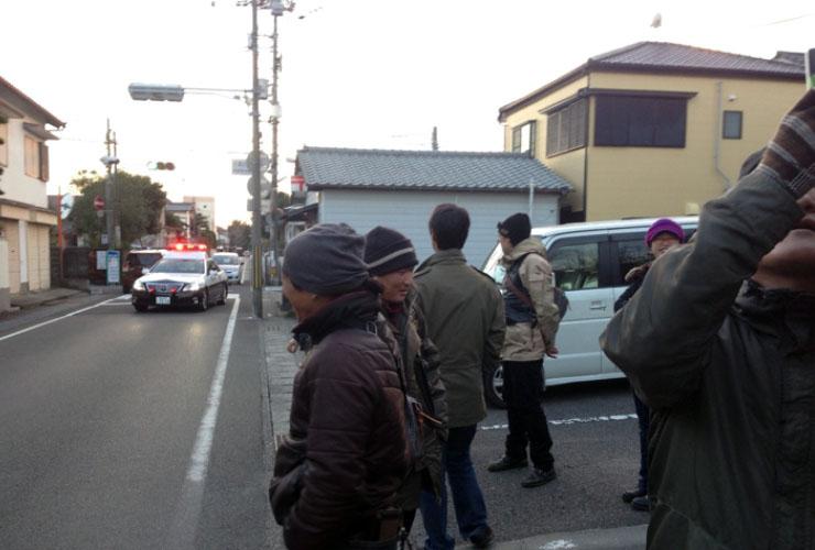 バスを待つ怪しい集団めがけてパトカーの登場。誰かが通報したのだろうか。いや庵谷、ただの通りすがりだったようです。ふぅ~~~っ!