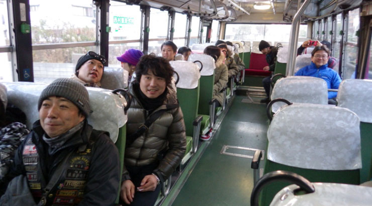 バスをチャーターして貸し切ったわけではない。路線バスの座席半分以上を種崎組が占拠。みんなちょっとした修学旅行気分?