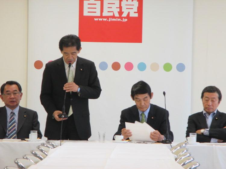 5月18日、PT第2回会合で挨拶する逢沢座長