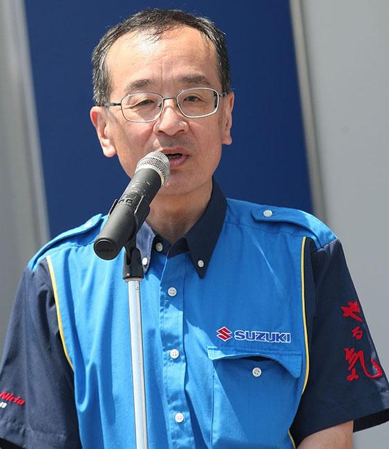 ライダーを歓迎して開会宣言をするスズキ二輪の濱本社長。スタッフシャツの袖には「やる気」の文字が