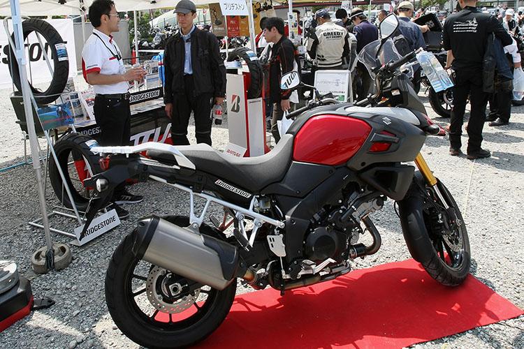 アドベンチャータイヤA40を装着した賀曽利号を展示するブリヂストンブース