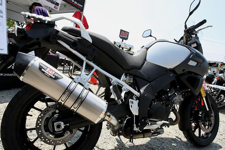 『V-STROM HEPTA FORCEサイクロン』が輝くマフラーヨシムラジャパンブース