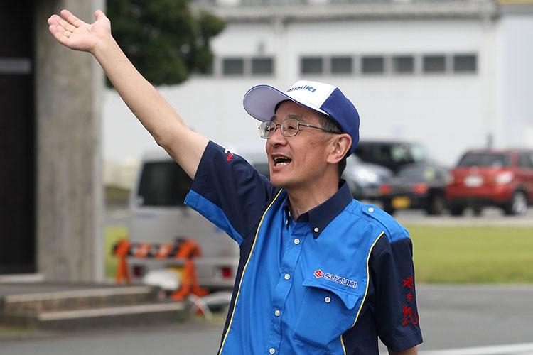 帰っていくライダーに手を振りながら見送る濱本社長以下スズキスタッフの姿も恒例に