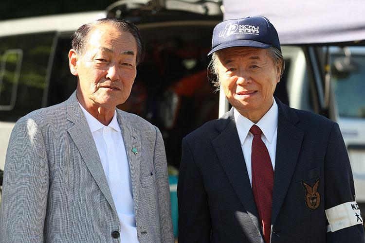 開会式に駆けつけた熊川栄 嬬恋村村長(左)と、79歳現役ライダーの新津栄一MCFAJ理事長(右)