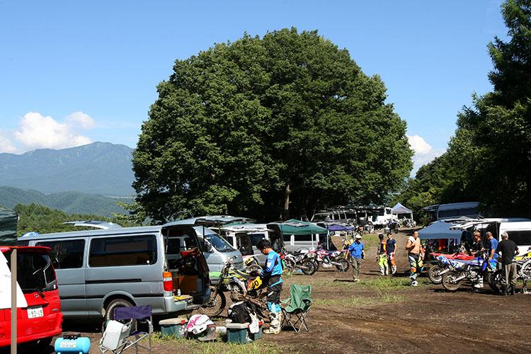 軽井沢モーターパークの広々としたピットエリア。周辺にはリゾートホテルや温泉もあり、一方で避暑地の夜空を楽しむキャンプ組もまた多い