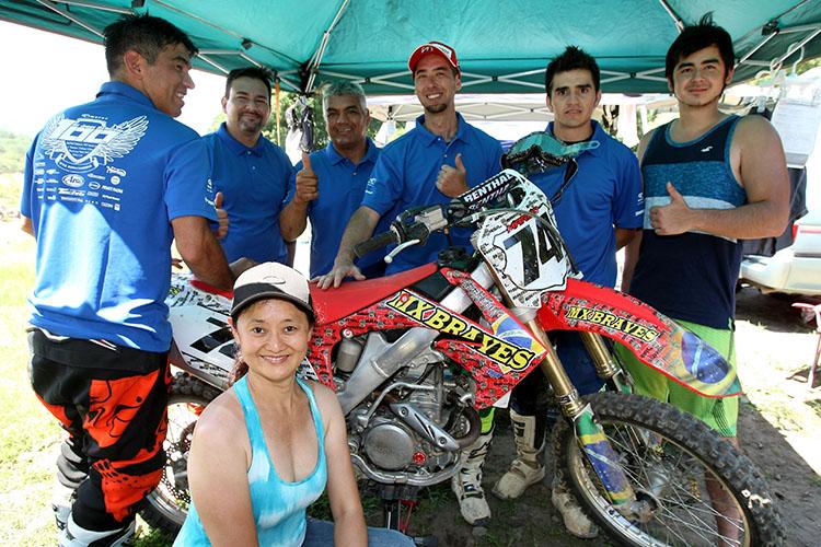 ブラジリアンライダーで結成されるMX BRAVES。MCFAJへの参戦歴は長く、いつもチームワーク抜群。みんなが着ているのが大会記念ポロ