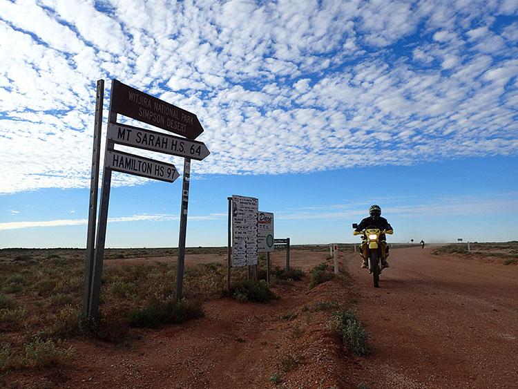 9シンプソン砂漠の標識が確認できる