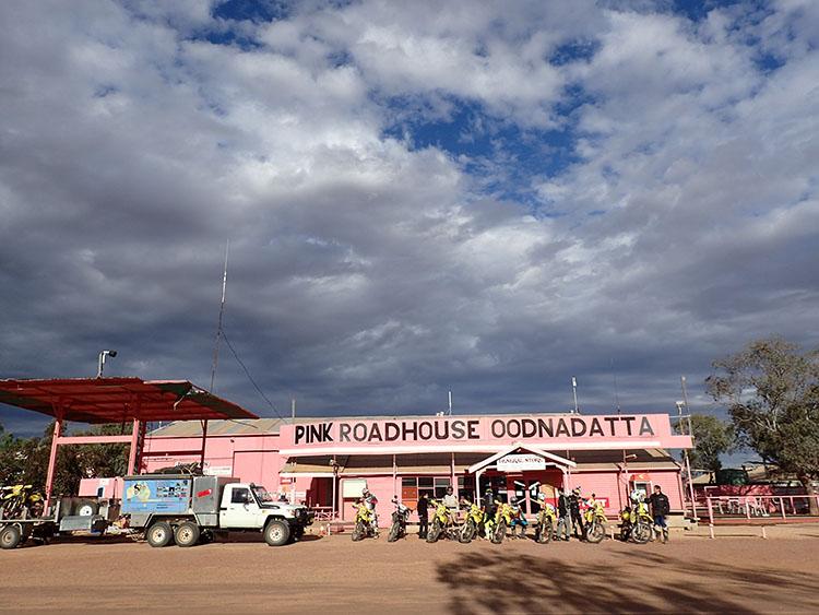 10砂漠のど真ん中にドピンクの建物をつくるセンスがステキ