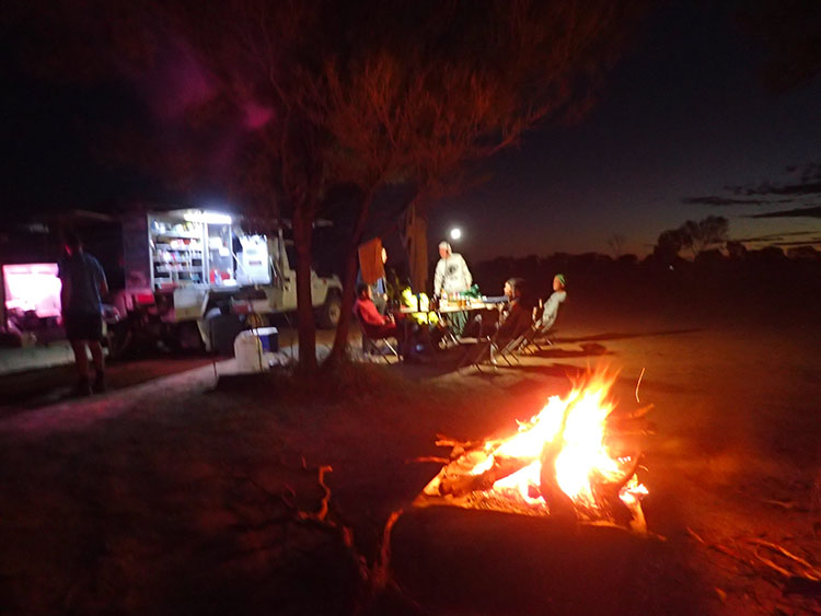 11夜はキャンプ、そして焚火