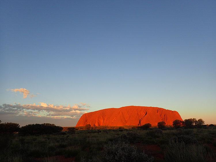 15夕日に照らされて輝く神秘の一枚岩