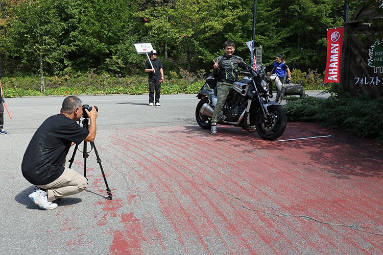 参加者はプロのカメラマンに記念写真を撮影してもらう