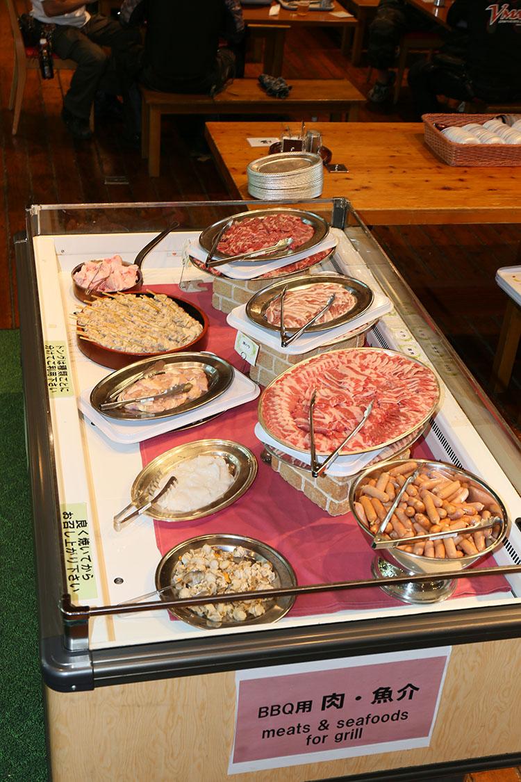 用意されたランチは食欲を誘う肉や野菜のバーベキューバッフェ