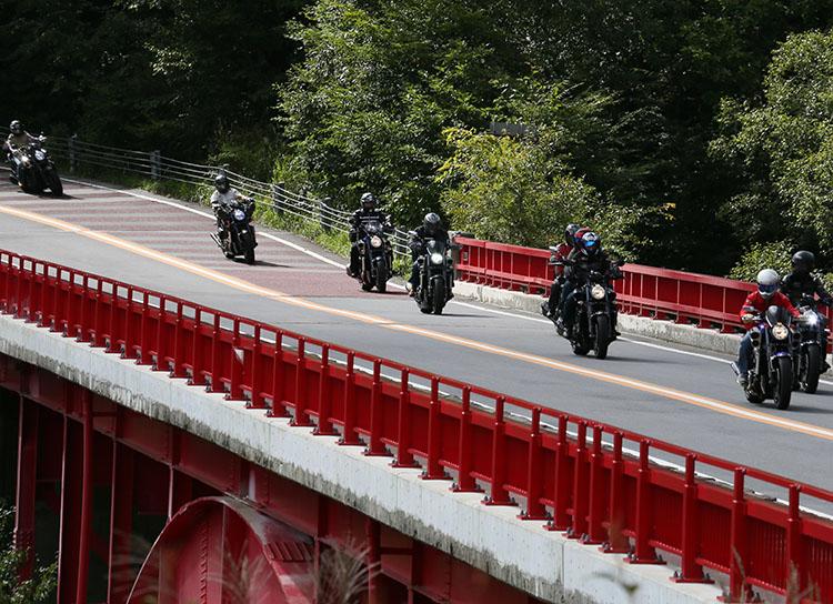 デザートツーリングで清泉寮まで八ヶ岳高原道路を走る参加者