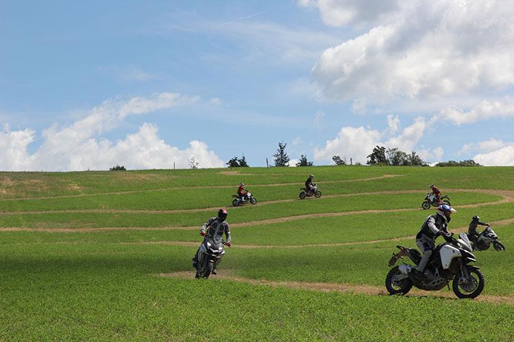 の丘陵を最新のムルティストラーダ1200エンデューロでトレーニングをしながら走れるなんて