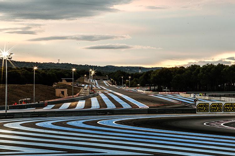 コースにはブルーのラインが幾重にも引かれています