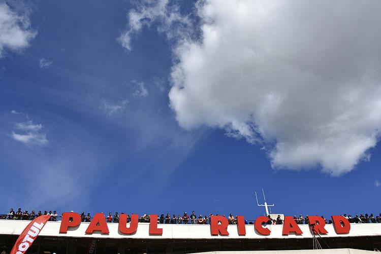 ポールリカールのピットビルの屋上から、最後のチェッカーを見届けようと集まった人が見えます。綺麗なお青空が広がり、眩しい太陽の光は、寝不足の人々を容赦なく照らしていました