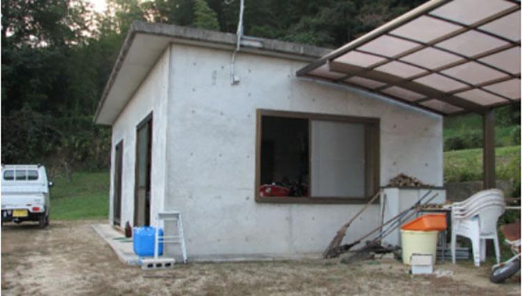 名もなき山にひっそりと建つコンクリート造りの小屋。ちょっと工夫すれば普通に住めます。これが今後、オレのアジトとなる